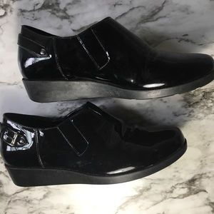 COLE HAAN W/ NIKE AIR Black patent wedge Size: 7•5